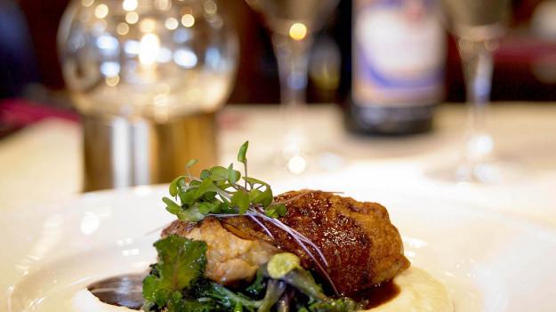 Närbild på tillagad kötträtt i restaurangmiljö