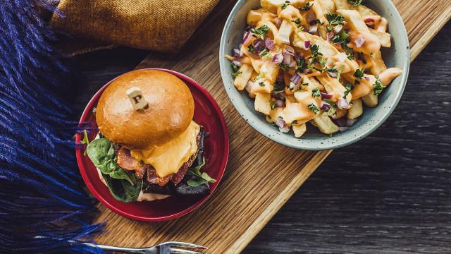 Närbild på hamburgare och pastarätt